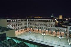 高正方形在晚上(广场亚尔他,巴达霍斯),西班牙 免版税库存图片