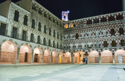 高正方形在晚上(广场亚尔他,巴达霍斯),西班牙 库存照片
