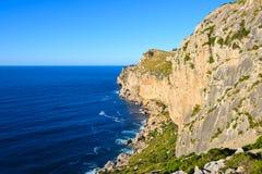 高沿海峭壁和深蓝色海 库存照片