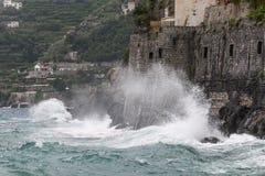 高波浪在海岸, Minori, Costiera Amalfitana,褶皱藻属,意大利猛烈地碰撞 免版税库存照片