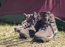 高涨在帐篷前面的鞋子 免版税图库摄影