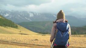 高涨山照片波兰被采取的妇女 高涨山 有背包的妇女旅客在美好的夏天风景 影视素材