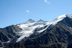 高涨空白山路径红色石头的顶层 免版税库存图片