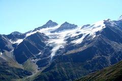 高涨空白山路径红色石头的顶层 库存照片
