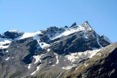 高涨空白山路径红色石头的顶层 免版税库存照片