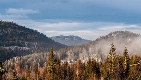 高涨空白山路径红色石头的顶层 免版税图库摄影
