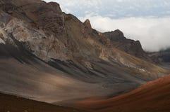 高涨Haleakala火山的男孩在毛伊夏威夷。 免版税图库摄影