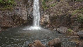 高瀑布流入在岩石银行中的河 股票视频