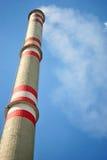 高烟囱的工厂 免版税库存照片