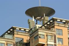 高现代多层的房子上面  免版税库存照片