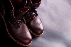 高的启动 在轻的黑背景的时兴的精神皮革褐色鞋子 顶视图 复制空间 免版税库存图片