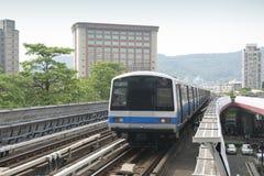 高的市郊火车 库存图片