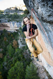 登高的攀岩运动员富挑战性峭壁 极端体育上升 自由,风险,挑战,成功 体育和激活 免版税库存图片