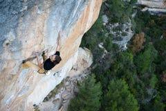 登高的攀岩运动员富挑战性峭壁 极端体育上升 自由,风险,挑战,成功 体育运动和有效的寿命 免版税库存照片