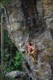 登高的攀岩运动员富挑战性峭壁 极端体育上升 自由,风险,挑战,成功 库存图片
