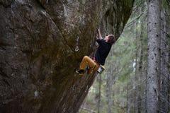 登高的攀岩运动员富挑战性峭壁 极端体育上升 自由,风险,挑战,成功 库存照片