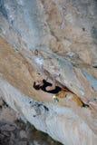 登高的攀岩运动员富挑战性峭壁 极端体育上升 自由,风险,挑战,成功 免版税库存图片