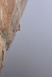 登高的攀岩运动员富挑战性峭壁 极端体育上升 自由,风险,挑战,成功 图库摄影