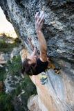 登高的攀岩运动员富挑战性峭壁 极端体育上升 自由,风险,挑战,成功 免版税库存照片