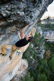 登高的攀岩运动员富挑战性峭壁 极端体育climbi 库存照片