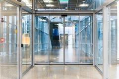 高的步行玻璃隧道内部在机场 免版税库存照片