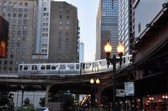 高的火车在芝加哥 免版税库存图片
