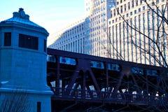 高的火车移动在芝加哥河和riverwalk在寒冷1月早晨 库存图片