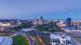 高的看法在市中心和中心商务区天期间对夜Timelapse,中亚,哈萨克斯坦 股票录像