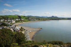 高的看法Criccieth北部威尔士英国历史的沿海城市在与蓝天的夏天在一美好的天 免版税库存照片