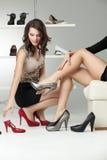 高的脚跟审判新二名的妇女 免版税库存照片