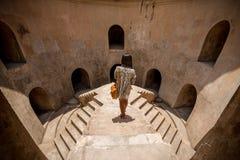 高的走道的妇女在塔曼莎丽服地下清真寺 免版税库存照片
