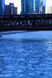 高的轨道桥梁和新近地结冰的芝加哥河看法在蓝色的早晨寒冷 免版税库存图片