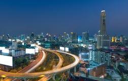 高的高速公路桥梁的曲线在曼谷都市风景的 库存图片