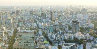 高看法西贡地平线,当太阳发光在都市下 免版税库存照片