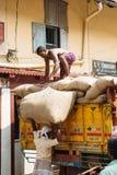 高知,印度2015年11月28日:装载卡车的人用大袋 免版税库存照片