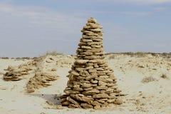 高石小山,在含沙环境和恶劣的沙漠植被里俯视沙漠 免版税库存图片
