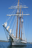 高码头的船 免版税库存图片