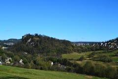 高突岩从远方。 免版税库存图片