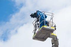 高站台的照相机操作员 免版税图库摄影