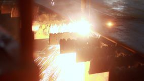 高精度等离子切割机在金属板的操作时 股票视频