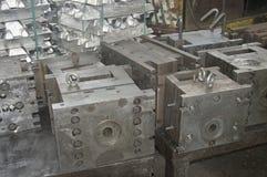 高精度铝零件制造业通过熔铸和加工 库存照片