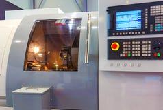 高精度CNC机械中心工作,加工汽车样品零件过程的操作员在工厂 图库摄影