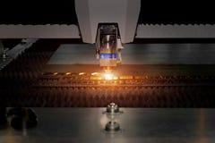 高精度CNC气割运作在产业f的金属板 库存照片