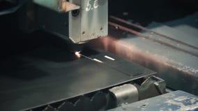 高精度CNC激光切口金属板 夹子 现代技术准许接受高精密度的零件 影视素材