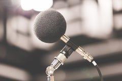 高精确度话筒在噪声声音有LED光bokeh的试验间 教育高图标学校集合技术 噪声记录器的话筒 免版税库存照片