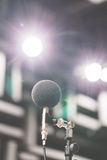 高精确度话筒在噪声声音有LED光bokeh的试验间 教育高图标学校集合技术 噪声记录器的话筒 免版税库存图片