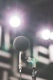 高精确度话筒在噪声声音有LED光bokeh的试验间 教育高图标学校集合技术 噪声记录器的话筒 库存照片