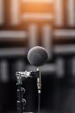 高精确度话筒在噪声声音有LED光bokeh的试验间 教育高图标学校集合技术 噪声记录器的话筒 免版税图库摄影