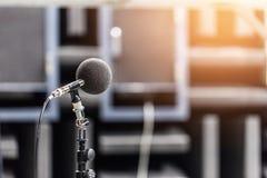 高精确度话筒在噪声声音有LED光bokeh的试验间 教育高图标学校集合技术 噪声记录器的话筒 库存图片