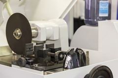 高纤维圆盘有工作钳位的切割机的精度和准确性工业或实验室的 库存图片